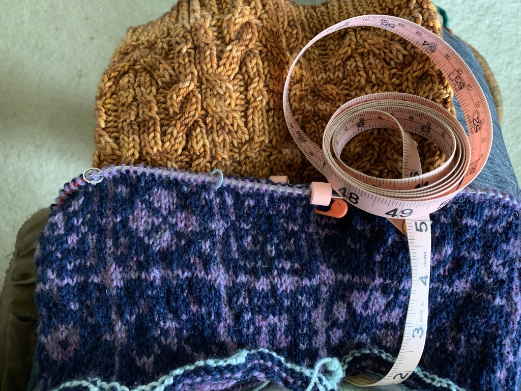Knitting a colorwork cowl and finding the right size