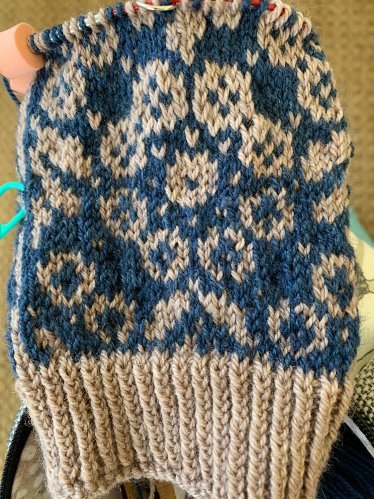 Colorwork knitting and yarn dominance depending on which hand holds the yarn.