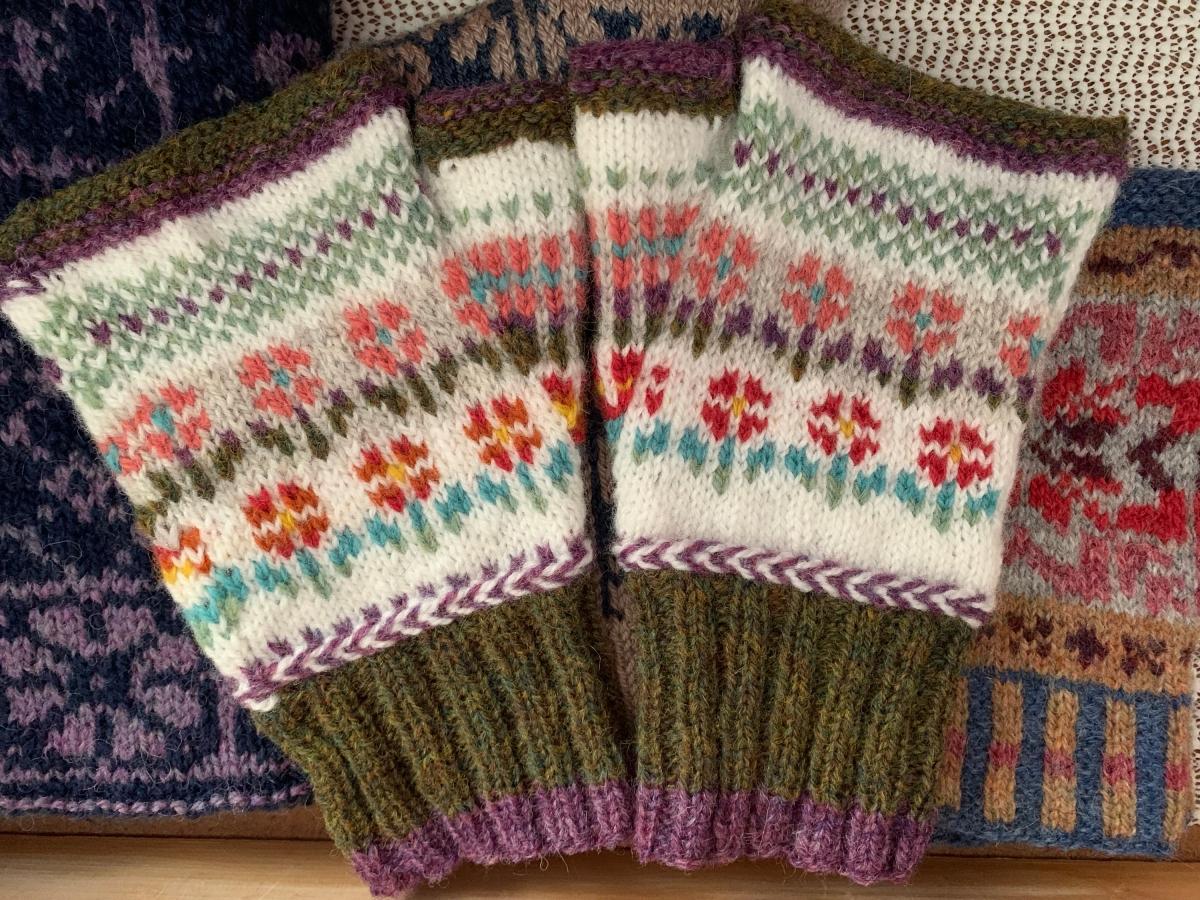 patrón de manoplas sin dedos de flores pequeñas