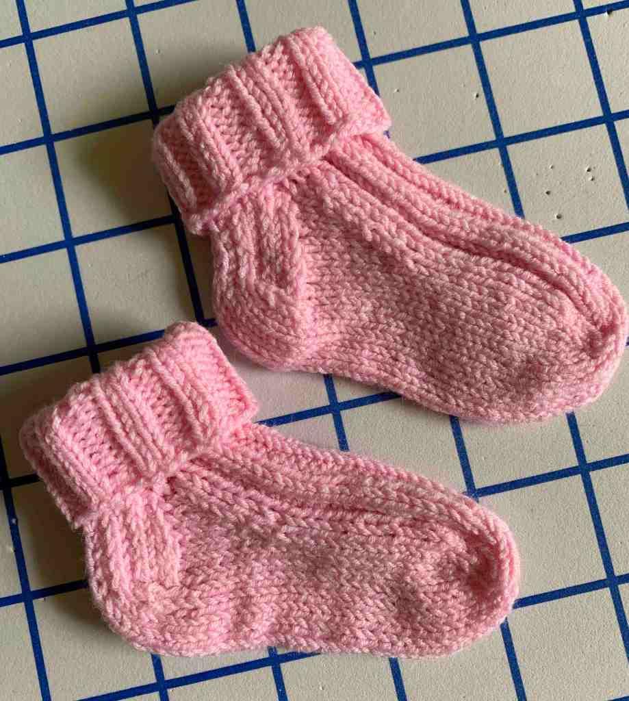 Patrón de calcetines de recién nacido perfecto tejido de punto